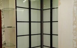 Черно-белый угловой шкаф-купе USHK-118