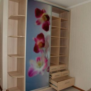Светлый шкаф-купе в спальню с орхидеями SHKS-141
