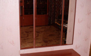 Коричневая тумба с зеркалом для спальни TS-309