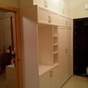 Светлый встроенный шкаф в прихожую VSHP-129