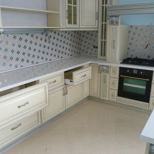 Светлая кухня с рамочным фасадом KRF-352