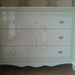 Белый комод с гербовым рисунком в спальню KS-263