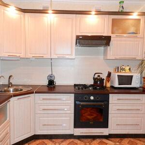 Угловая кухня в темно-светлых тонах  UK-179