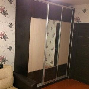 Темно-коричневый шкаф-купе для гостиной SHKG-388