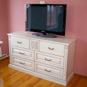 Деревянный комод в спальню DKS-019
