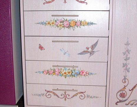 Розовый шкаф в детскую с рисунком SHD-128