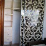 черный с рисунком шкаф-купе в гостиную