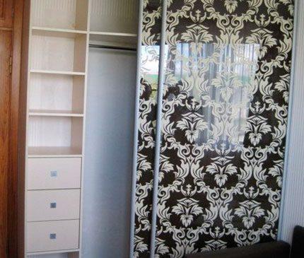 Черный с рисунком шкаф-купе в гостиную SHKG-150