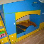 сине-желтая кровать двухъярусная