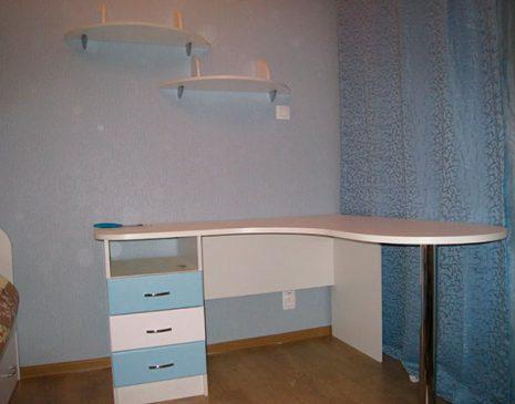 Стол в детскую комнату в светло-голубых тонах SD-174