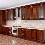 Темно-коричневая кухня из массива