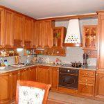 Удобная деревянная кухня