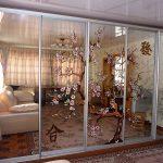 Шаф-купе в гостиную с рисунком на зеркалах