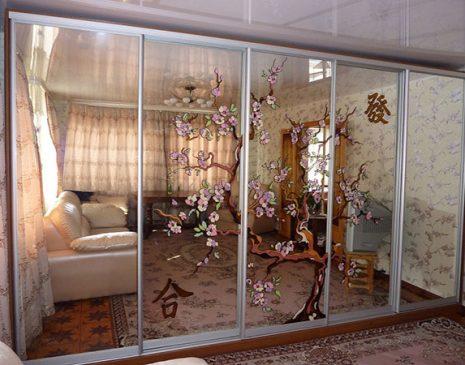 Шкаф-купе в гостиную с рисунком на зеркалах SHKG-198