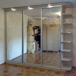 Зеркальный шкаф-купе с полочками
