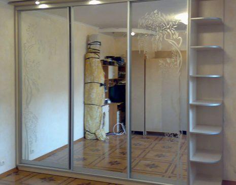 Зеркальный шкаф-купе с полочками SHKZ-200