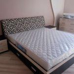 Темная кровать для спальной комнаты