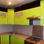 Желтая кухня из пластика