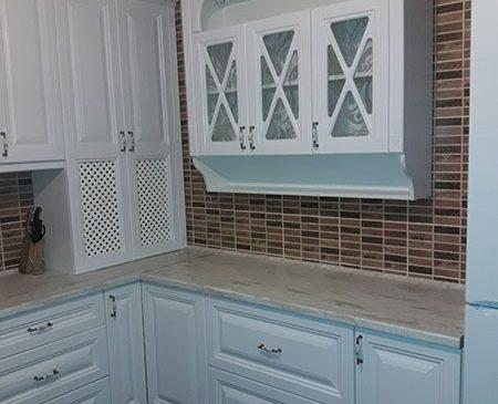 Светлая кухня с рамочным фасадом KRF-392