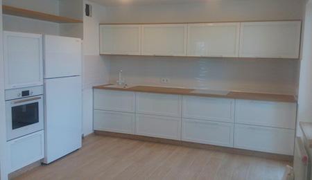 Минималистичная встроенная кухня KV-452