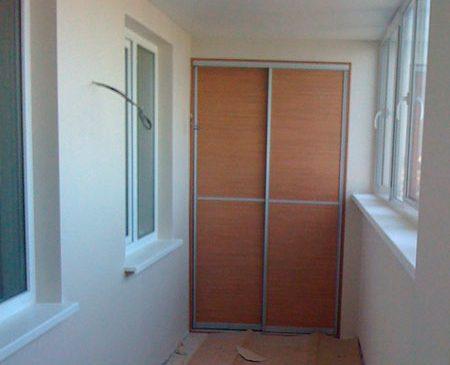 Вместительный шкаф-купе для балкона SHKB-437